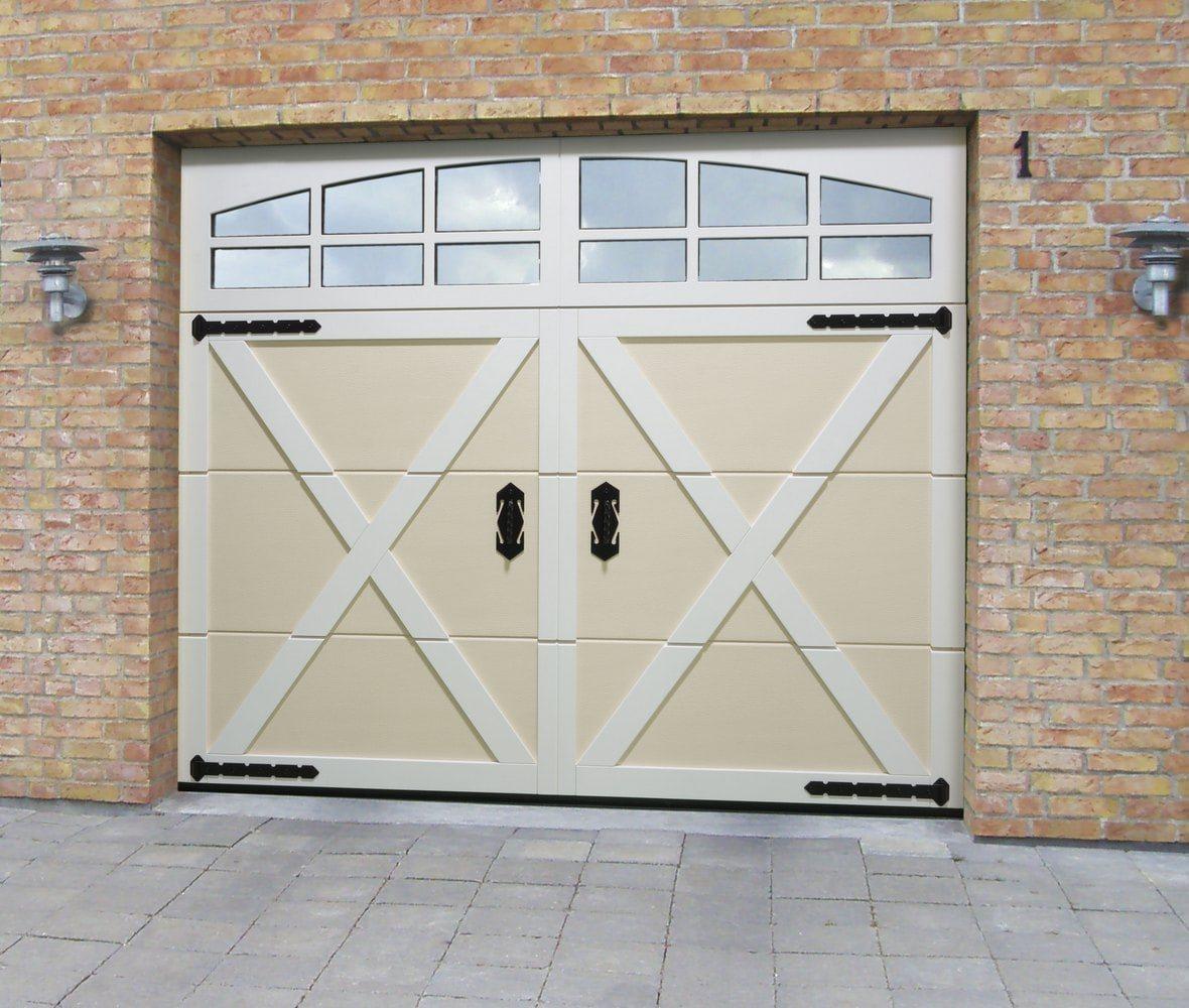 Двустворчатые гаражные ворота с окнами