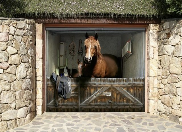 Секционные ворота для гаража с изображением лошади в стойле