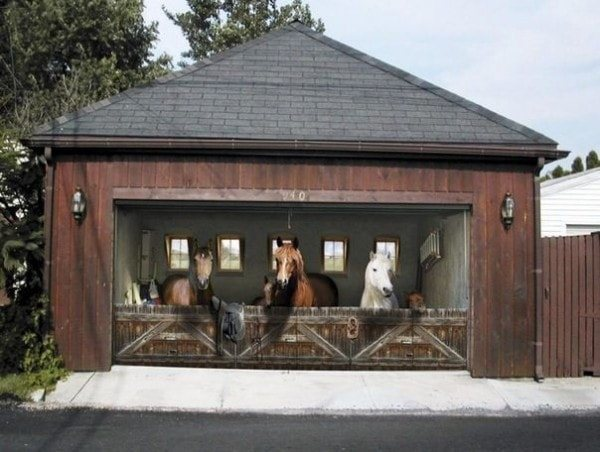 Секционные ворота в гараж стилизованные под стайню