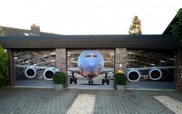Ворота в гараж с наклейкой самолета