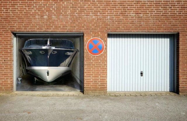 """Ворота для гаража с наклейкой """"яхта"""""""