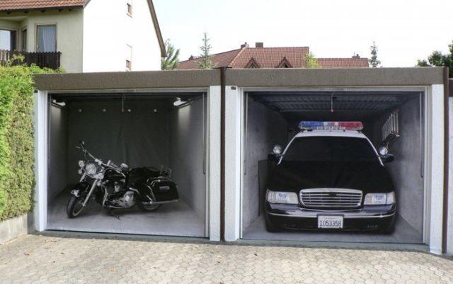 Секционные ворота в гараж с дизайном мотоцикл и полицейская машина внутри
